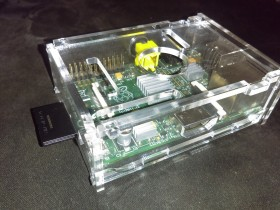 Raspberry Pi + kuciste + 8gb sd