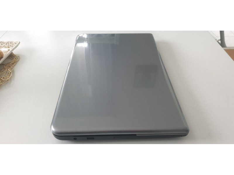 LAP TOP 17inc Toshiba satelit L75d A7823
