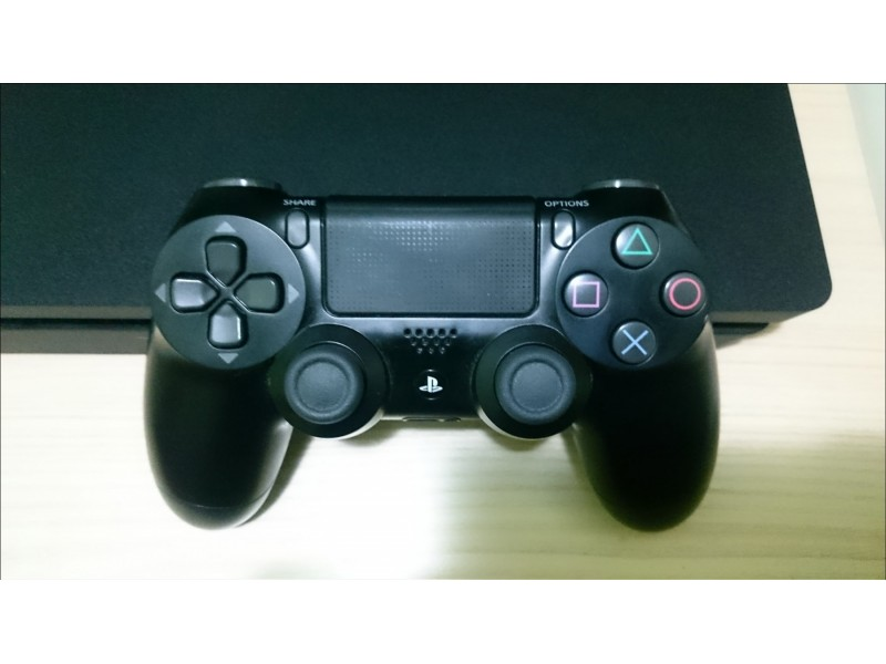 Sony PS4 Slim 500GB, dzojstik + 5 igrica odlican!